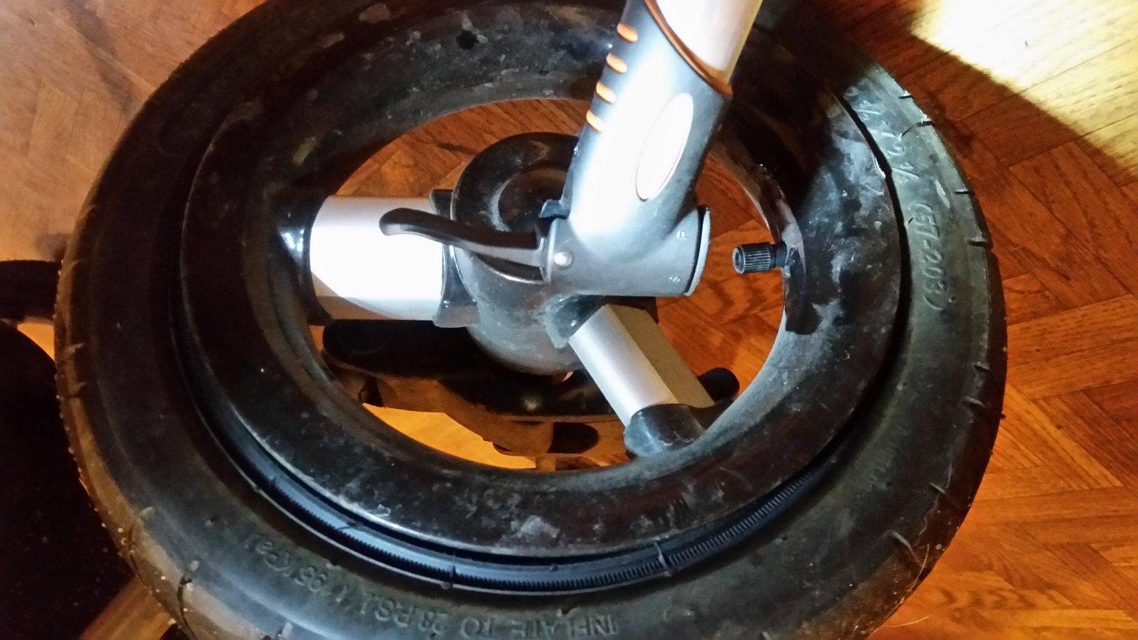 Почему на коляске спускает колесо 164