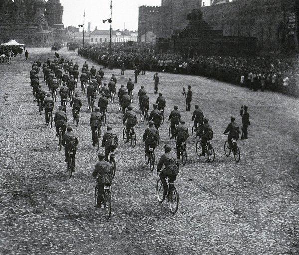 Парад на Красной площади. Велосипедисты. 1924 г..jpg