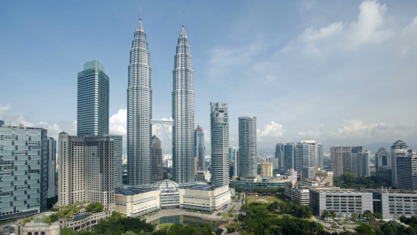 cloudscape-view-of-the-petronas-twin-towers-kuala-lumpur-city-centre-klcc-m_byhuejyvr__F0000.png